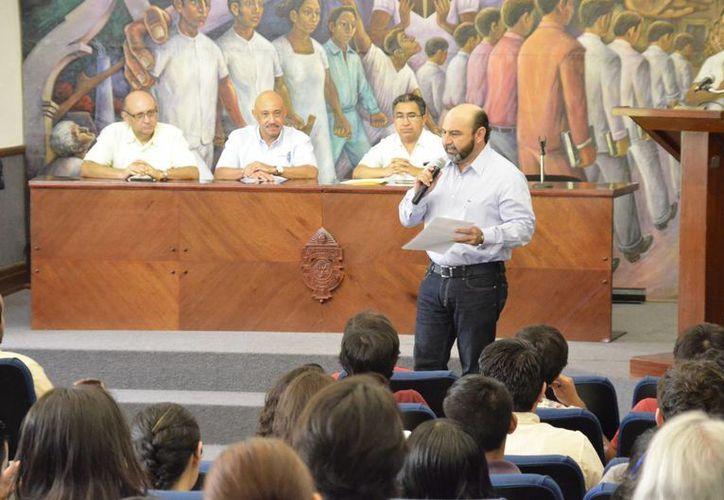 El diputado Luis Hevia Jiménez en charla ante alumnos de la Uady. (Cortesía)