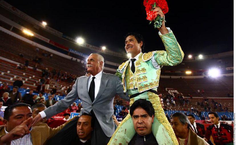 De Arriaga es levantado en hombros después de la gran faena hecha a 'Revolucionario'  (Agencia Reforma