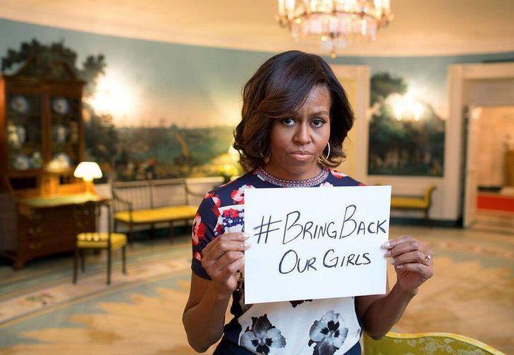 La primera dama de EU publicó por medio de Twitter una foto donde sostiene un mensaje donde pide la liberación de las menores. (twitter.com/FLOTUS)