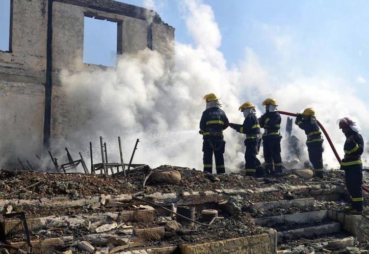 El fuego en la ciudad de Dukezong no pudo ser controlado inmediatamente porque, debido a las bajas temperaturas en China, el agua del camión de bomberos se congeló. (Agencias)