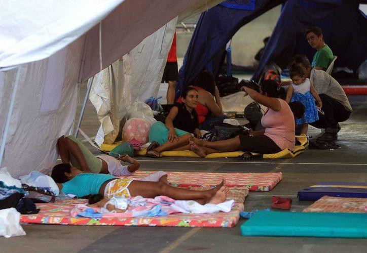 Familias colombianas deportadas desde Venezuela se refugian en albergues improvisados por el gobierno colombiano en Cúcuta. (EFE)