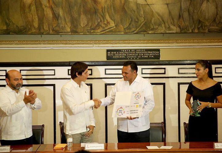 El Gobernador entrega un reconocimiento a uno de los nueve jóvenes durante la ceremonia de premiación realizada en el Salón de la Historia del Palacio de Gobierno. (Milenio Novedades)