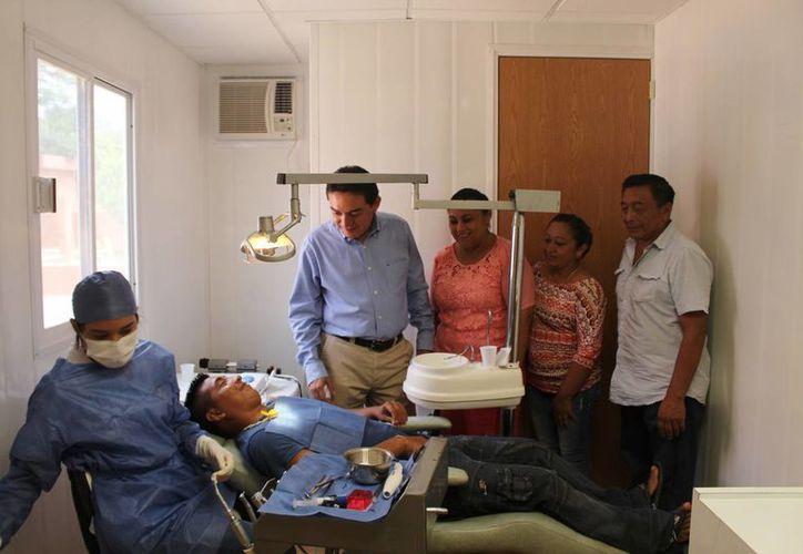 El senador Daniel Ávila Ruiz estuvo en Tixméhuac para inaugurar las jornadas médicas 'Dar Salud'. (Foto cortesía)