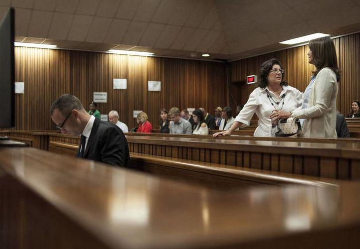 Pistorius (i) durante la enésima reanudación del juicio en su contra por matar a tiros a su novia Reeva Steenkamp. (Foto: AP)