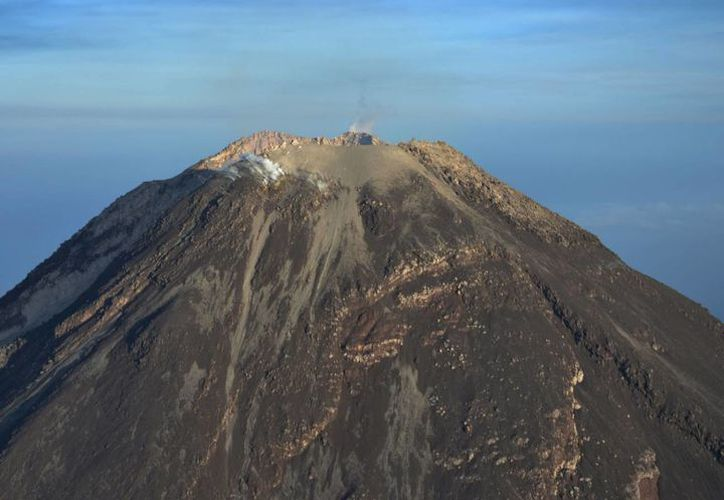 El volcán de Colima también llamado 'Volcán de fuego'  emitió una exhalación con una columna de 1.8 kilómetros de altura, informó el coordinador Nacional de Protección Civil, Luis Felipe Puente. (Notimex)
