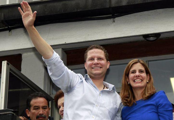 Mauricio Rodas, acompañado de su esposa María Fernanda Pacheco, celebra tras conocer los primeros resultados de encuestas que le dan un holgado triunfo en Quito, capital de Ecuador. (Agencias)
