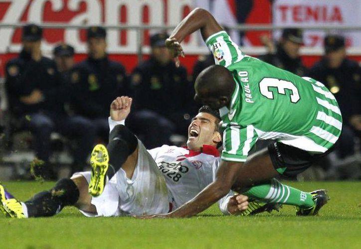 En el Derbi español entre Sevilla y Betis, hinchas arremetieron contra Paulão, quien vio la tarjeta roja por doble amarilla. (EFE/Archivo)