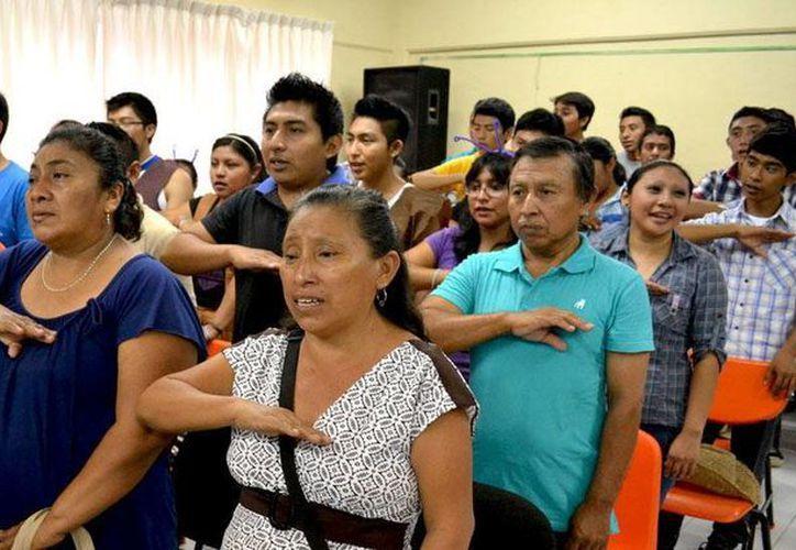 Padres de familia suscriben un convenio con el Conafe. (Milenio Novedades)