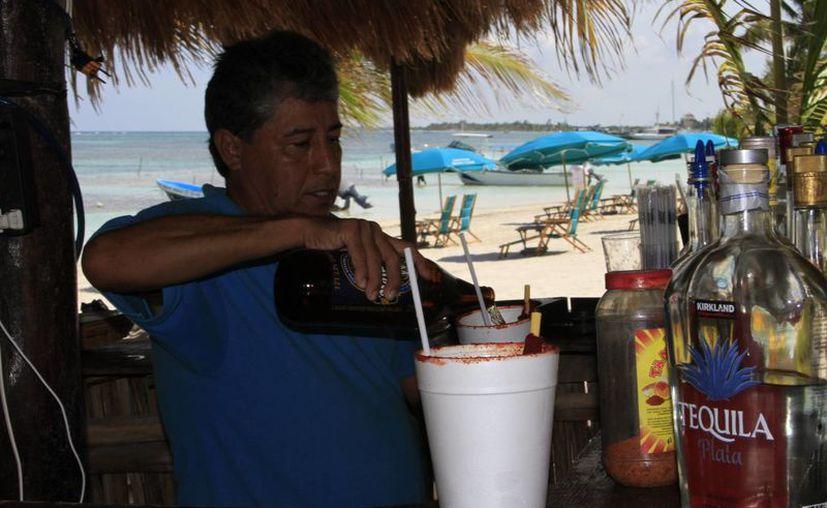 Un día sin venta de bebidas con alcohol, les genera pérdidas económicas de hasta 800 mil pesos. (Ángel Castilla/SIPSE)