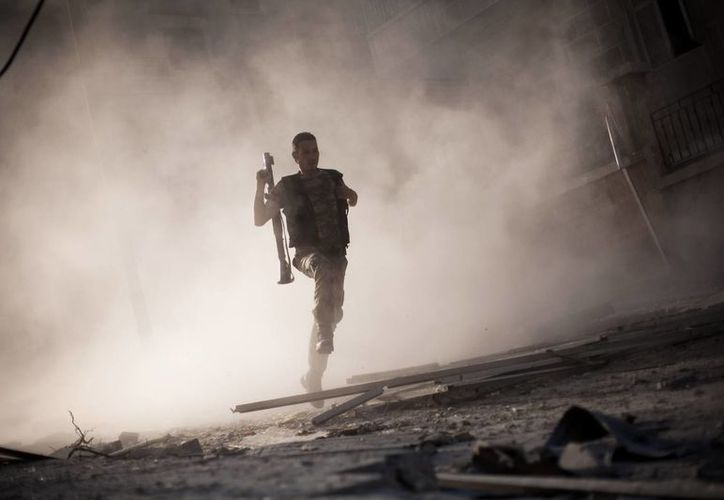 En los últimos meses, el régimen ha intensificado los ataques aéreos y de artillería contra zonas que controlan los rebeldes. (Agencias)