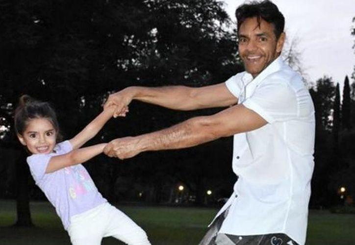 La pequeña aceptó con los ojos cerrados la muestra de afecto de su papá. (Foto: El Debate).
