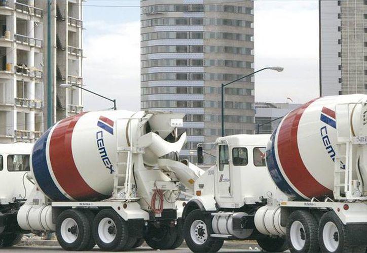 La inversión incluirá la construcción de una nueva línea de producción de cemento en la planta de Filipinas. Imagen de dos revolvedoras de cemento de Cemex. (Foto tomada de cemexmexico.com)