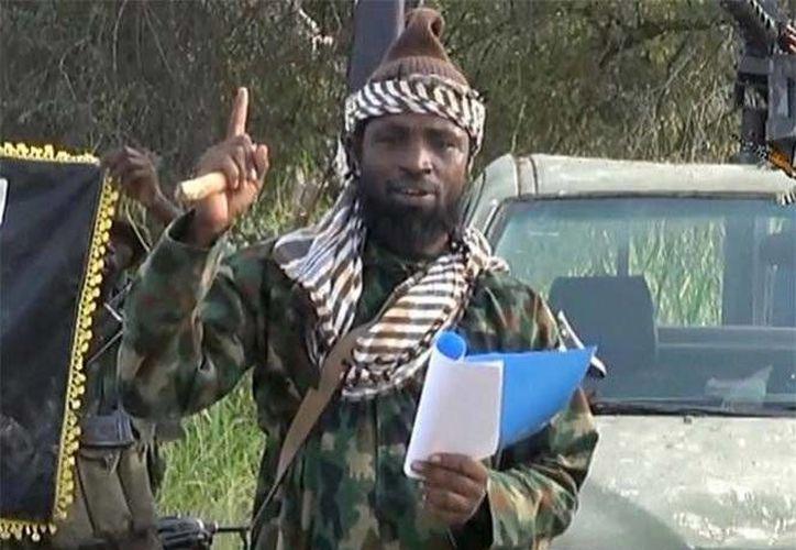 'Ustedes publicaron la noticia y dijeron en sus medios y redes sociales que me hirieron y dieron muerte, pero estoy aquí', dijo Abubakar Shekau. (Captura pantalla/YouTube)