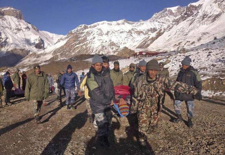 Mueren al menos, 12 alpinistas, entre ellos varios turistas, en el Himalaya nepalí. (Agencias)