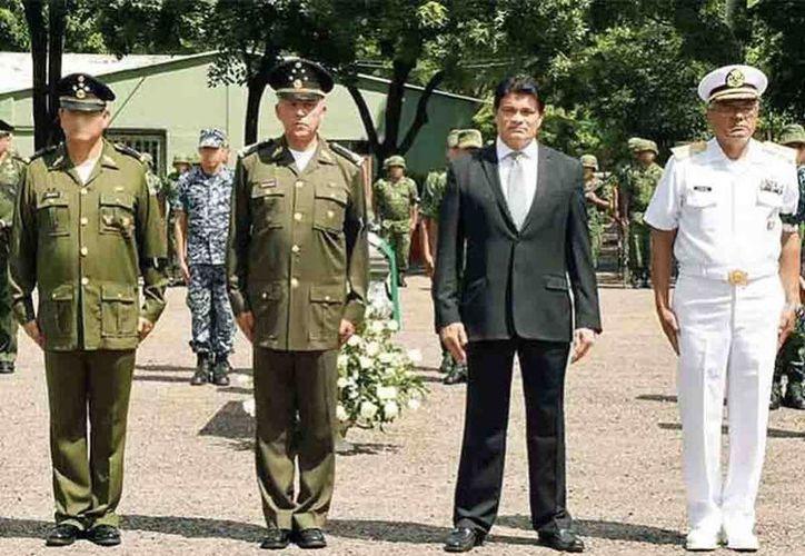 Salvador Cienfuegos, titular de la Sedena, con el gobernador de Sinaloa, Mario López Valdez, en el homenaje a los soldados caídos en una emboscada en Culiacán. (excelsior.com.mx)