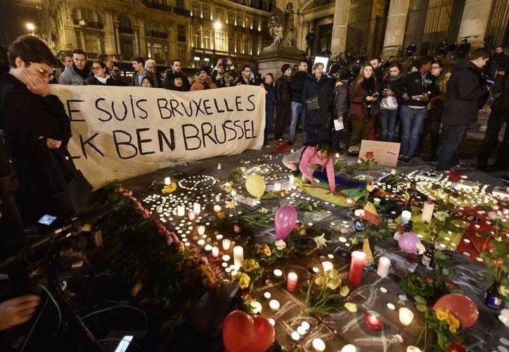 El centro de la capital de Bélgica se llenó de flores y velas en recuerdo a las víctimas de los atentados de este martes, reivindicados por el Estado Islámico. (AP)