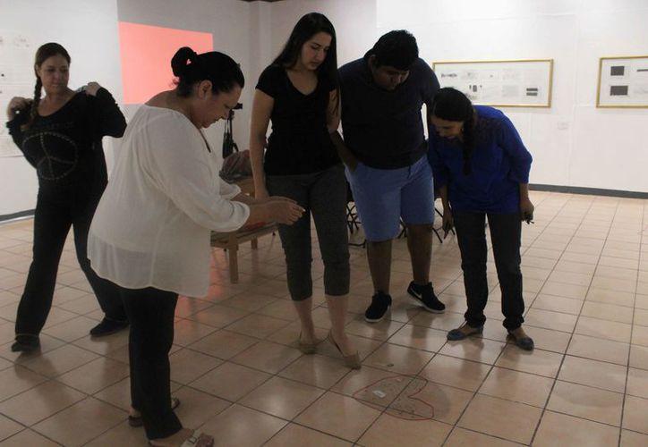 Este taller tuvo como fin el acercamiento entre los espectadores y la artista. (Faride Cetina/SIPSE)