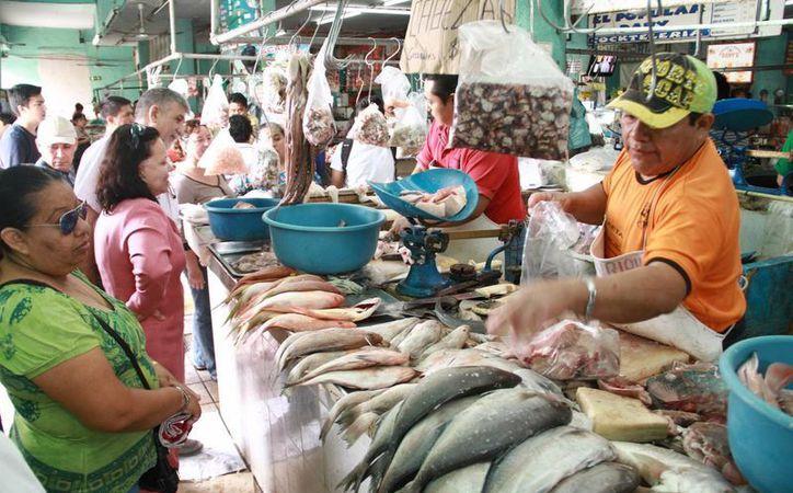 Comerciantes de pescados y mariscos esperan un repunte en sus ventas debido a que hoy comienza la cuaresma. (Milenio Novedades)