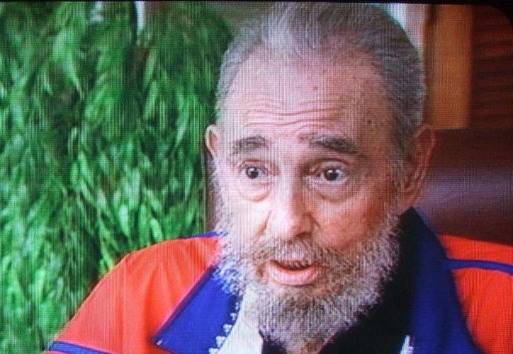 La televisión oficial cubana divulgó imágenes de Fidel Castro en un acto protocolario. El expresidente tiene 90 años de edad. (EFE)
