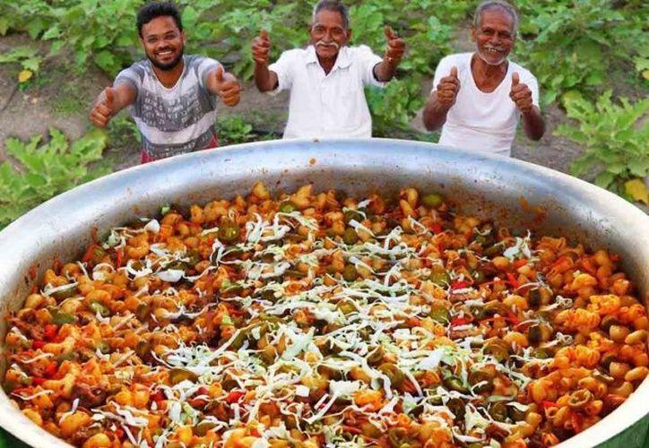 Narayana Reddy comparte su la comida que cocina con niños huérfanos de su comunidad. (Grandpa Kitchen)