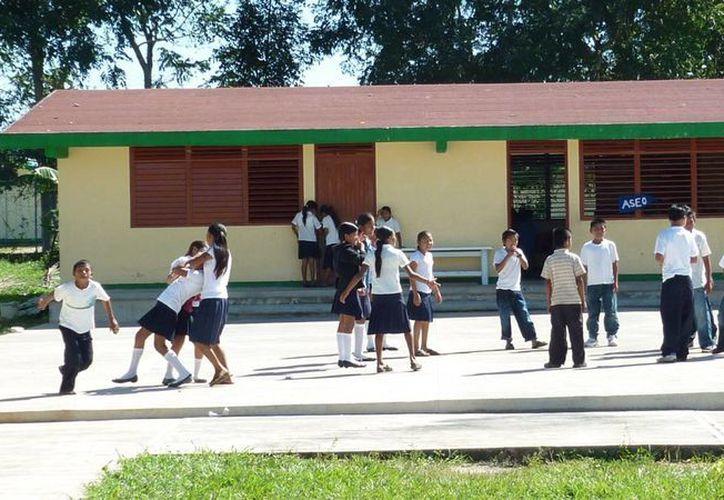 Los padres de familia han exigido la presencia de la secretaria de Educación, Sara Latife Ruiz Chávez. (Paloma Wong/SIPSE)