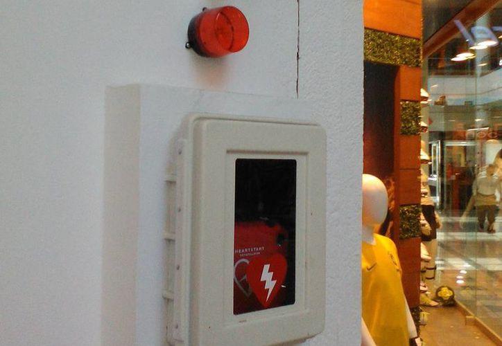 La instalación de equipos para contrarrestar ataques cardiacos se realiza en áreas muy concurridas de Mérida. (Milenio Novedades).