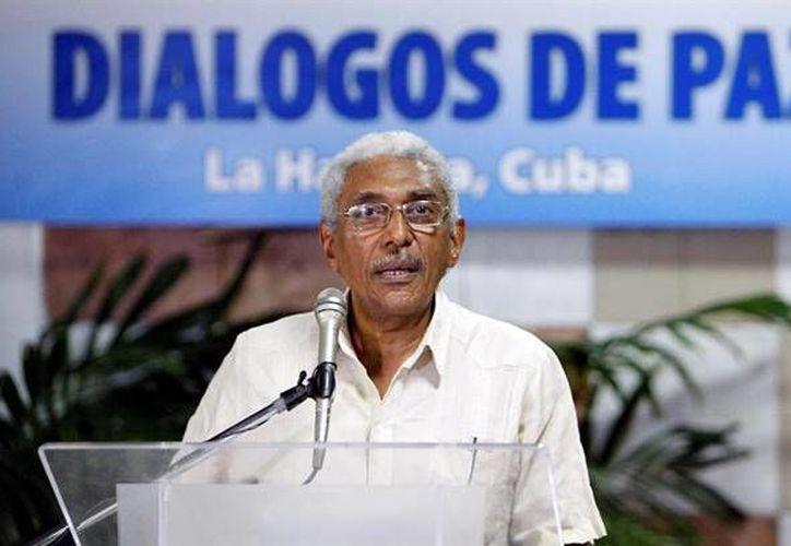 El integrante de las FARC, Joaquín Gómez, lee un comunicado antes de reunirse con representantes del gobierno colombiano como parte de los diálogos de paz que se llevan a cabo en el Palacio de Convenciones de La Habana. Todo indica que el acuerdo de paz será aplazado. (EFE)