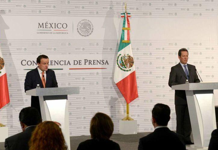 El titular de Cofepris, Mikel Arriola Peñalosa, y el vocero de Presidencia, Eduardo Sánchez, en la conferencia de prensa, ayer en la ciudad de México. (Notimex)