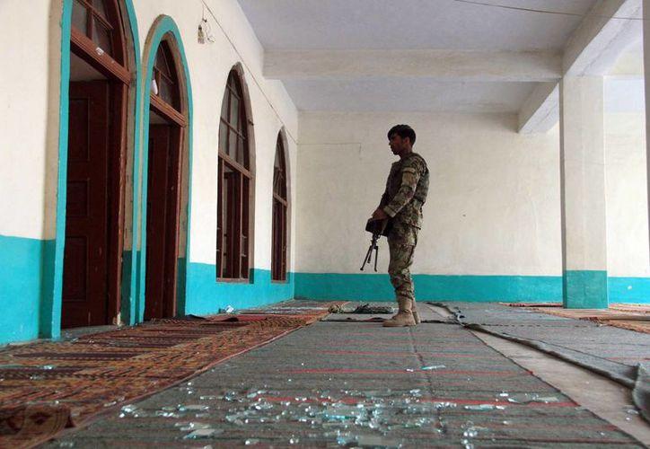 Un soldado afgano monta guardia en el interior de una mezquita después de la explosión de una bomba en el distrito de Khogyani de Nangarhar provincia al este de Kabul, Afganistán. (Agencias)