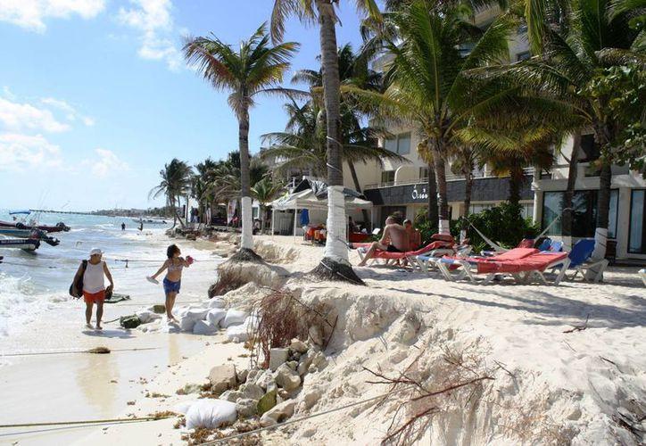 La repentina erosión con la que amaneció Playa del Carmen, dejó un escalón de arena en algunas playas. (Octavio Martínez/SIPSE)