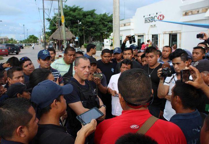 Los policías que mantenían un plantón afuera del Ayuntamiento de Tulum llegaron a un acuerdo con las autoridades y levantaron el paro. (Sara Cauich/SIPSE)