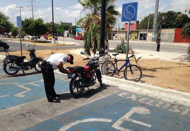El operativo fue efectuado en estacionamientos de supermercados, plazas comerciales y tiendas departamentales. (Sergio Orozco/SIPSE)