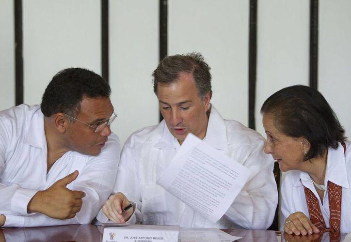 El gobernador Rolando Zapata dialoga con el titular de Sedesol, José Antonio Meade (c)., quien llegó a Mérida como parte de una gira de trabajo. (Notimex)