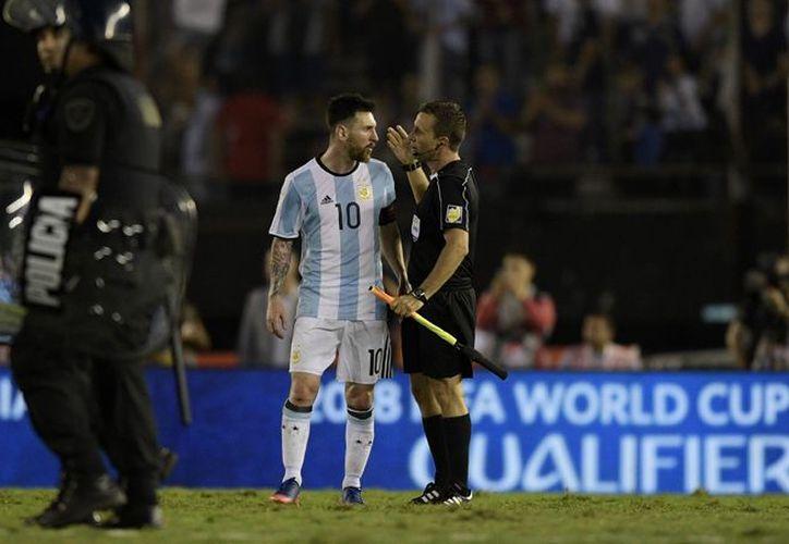 Messi encaró en dos ocasiones a los árbitros. (t13.cl)