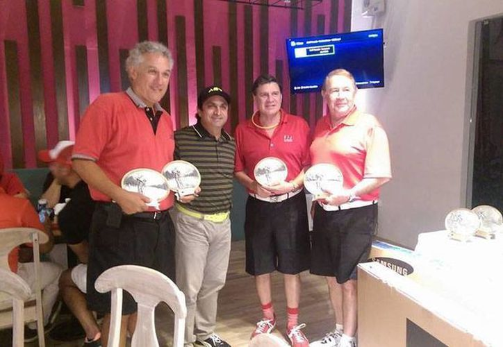 Ganadores del tercer lugar del torneo nocturno de golf La Ceiba, encabezados por Andrés García Gamboa (segundo de der. a izq.). El evento se realizó a beneficio de Caballeros de Colón. (Milenio Novedades)