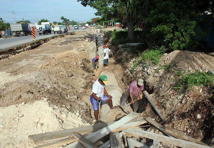 Fotografía de la construcción de las vialidades laterales de la carretera Mérida-Tixkokob de 1.92 kilómetros. Asimismo la SCT anunció finalizan la modernización  de la carretera Mérida–Pto. Juárez. (Milenio Novedades)