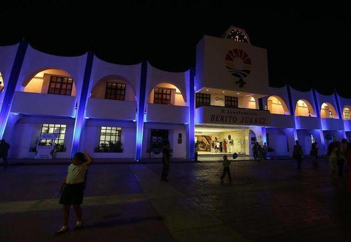 Encendieron el iluminado en azul del Palacio Municipal y realizaron actividades culturales. (Redacción/SIPSE)