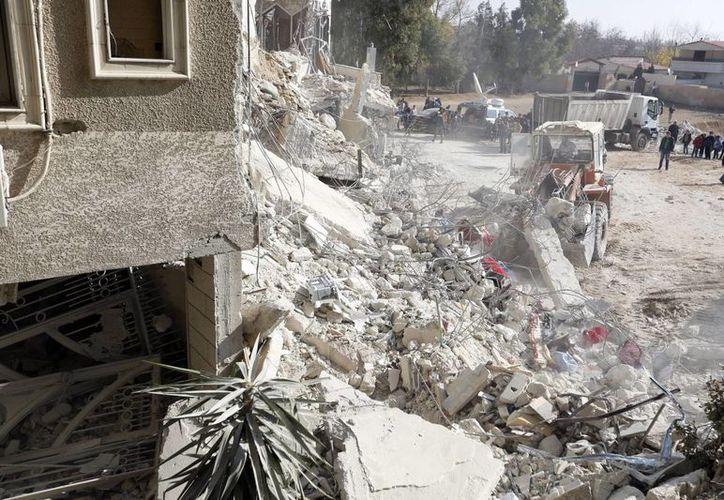 Trabajadores de los equipos de rescate retiran escombros en el edificio en el que residía el dirigente de Hizbulá fallecido, tras un ataque aereo israelí. (EFE)