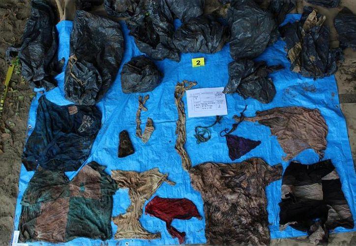 Junto a los restos humanos fueron localizadas prendas de vestir e identificaciones. (La Jornada)
