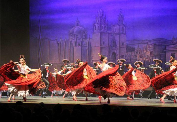 """El universo en movimiento de la cultura mexicana se desplegó en la capital colombiana con la presentación del Ballet Folclórico de Amalia Hernández en el Teatro Mayor """"Julio Mario Santo Domingo"""". (Notimex)"""