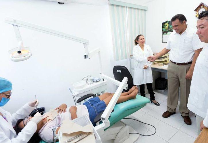 En la imagen, el Gobernador durante su recorrido por las instalaciones del centro existente. Más de 100 mil habitantes de Kanasín y sus alrededores acceden a la salud dental. (Milenio Novedades)