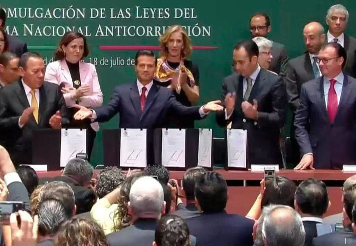 El Presidente de México promulgó este lunes, en Palacio Nacional, las leyes secundarias del Sistema Nacional Anticorrupción. (www.presidencia.gob.mx)
