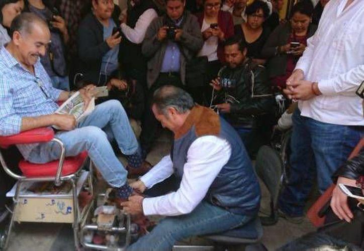 """En Toluca, """"El Bronco"""" boleó zapatos a una persona para recordar su primer oficio como niño, (Foto: SDP Noticias)"""
