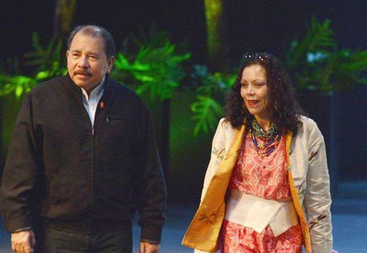 Daniel Ortega impulsa una reforma a la Constitución para reelegirse en la presidencia de Nicaragua. En la foto acompañado de su esposa  Rosario Murillo a su llegada a un evento en Cuba. (Agencias)