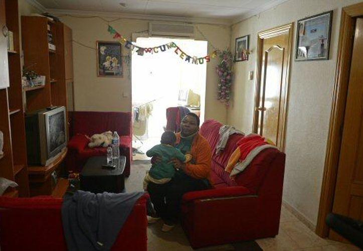 Una mujer de origen africano vive en incertidumbre por los embargos que la banca española realiza a deudores. (Agencias)