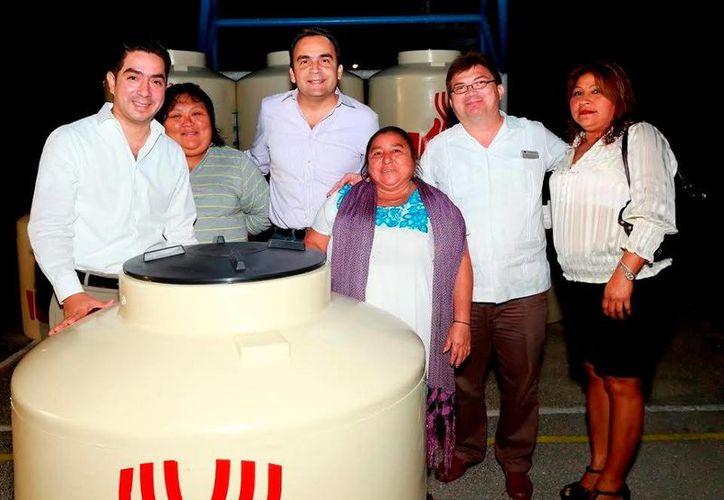 Los titulares de Sedesol estatal y federal encabezaron la entrega de tinacos a los pobladores. (Milenio Novedades)