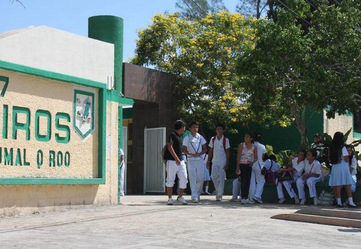 Desde el último día de agosto los estudiantes de secundaria recorrerán su horario de entrada y salida. (Gerardo Amaro/SIPSE)