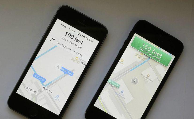 Un iPhone con el software iOS 7 (izq), se muestra junto a un iPhone con el iOS antiguo. (Agencias)