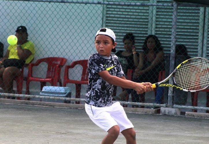 Se tiene contemplada la  participación de los mejores tenistas cancunenses. (Raúl Caballero/SIPSE)