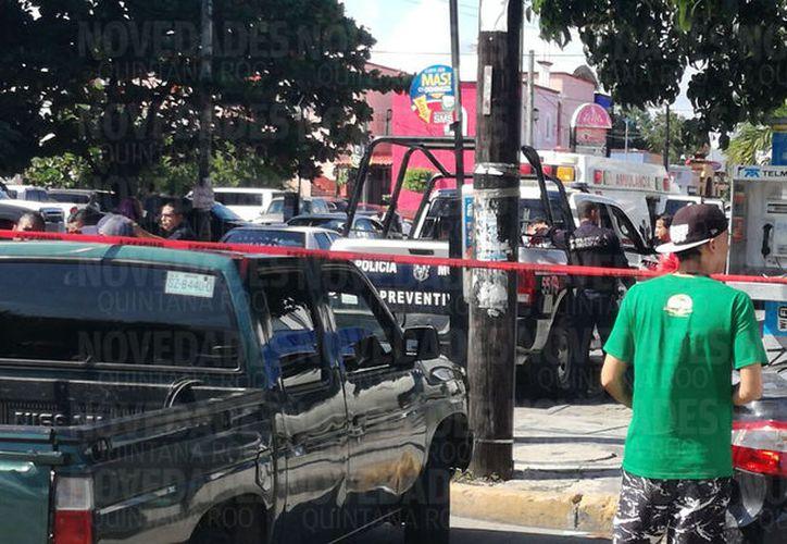Personas golpearon y arrebataron el arma de fuego al presunto asaltante para después entregarlo a los policías. (Foto: Pedro Olive)